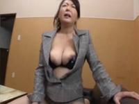 【無修正】チンポ入っちゃってるわ! 熟女校長 紫彩乃 学校で生徒と騎乗位セックス!