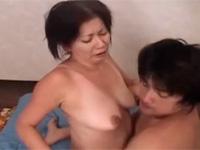 【無修正】豊満熟女ばあちゃんと孫の汗だく丸見えセックス!岩崎千鶴