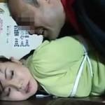 【ヘンリー塚本】旦那の前で無理矢理チ●ポをねじ込まれるむっちり妻 浅井舞香