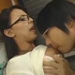 みんなで勉強中に友達の熟女母がエロすぎて…声を潜め台所セックス!村上涼子