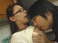 みんなで勉強中なのに友達の母さんがエロすぎて…声を潜め台所セックス!村上涼子