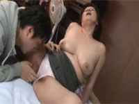岩崎千鶴 妻の不在中に五十代義母とのセックスを満喫!熟女の性欲強すぎ体が持たない…