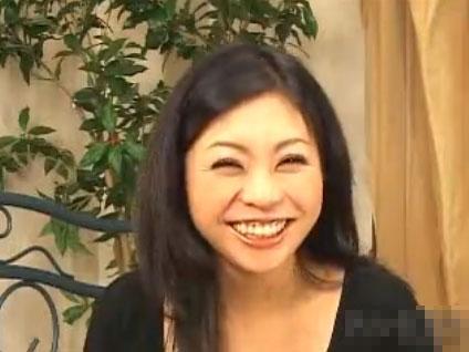 柔和な笑顔が素敵な四十路素人熟女