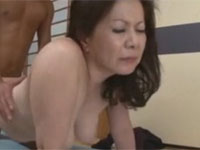 岩崎千鶴 五十代熟母が童貞息子に自信つけさせるため筆おろしセックス!