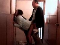 【ヘンリー塚本】美熟女母が古アパートの廊下で大家と本能のママ不倫セックス!桐島千沙 Tube8