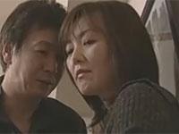 【ヘンリー塚本】熟女が元夫に頼み込まれゴムセックス、しかし不意打ちで中出し!