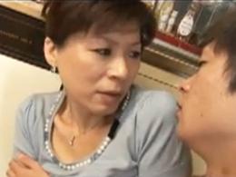 夫の帰りが遅いのでオナニーしてたら息子に見つかってセックスしちゃう五十路母