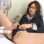 翔田千里 美熟女教師が自分のマンコで性教育!先生の濡れたココにバイブよ!