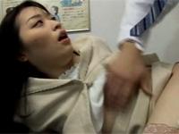 【ヘンリー塚本】痴女妻が医師に懇願して診療台でセックス