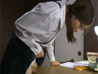 【ヘンリー塚本】川上ゆう 怒られたので、こっそり机の角オナをしていました。