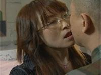 【ヘンリー塚本】真面目そうな眼鏡熟女教師はセックス大好き いつもエロい妄想