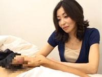 【CFNM】五十路のフェロモン全開熟女がパンモロや手コキでオナニーの手伝い!