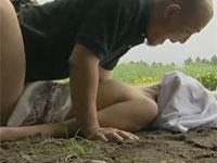 【ヘンリー塚本】田舎道に潜み、自転車の女を倒してレイプする鬼畜強姦魔