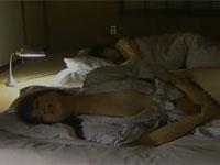 【ヘンリー塚本】バツイチ子持ち熟女 娘の寝てる隣でムラムラし激しくオナニー