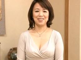 【初撮り】九州訛りがスゴい五十路の童顔巨乳奥様がセックスしたくて上京!