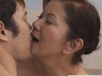 岩崎千鶴 お婆ちゃんが孫とお風呂で仲良くセックス!