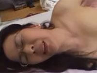 【無修正】巨乳五十路熟女が息子に迫って近親相姦セックス!