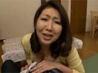伊織涼子 好色母さん息子のエロ本でオナったり、その友達のズボンぬがしてフェラしたり