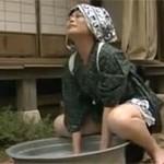 【ヘンリー塚本】昭和の好色母 洗濯桶でオナニー義理息子とセックス大工とセックス!