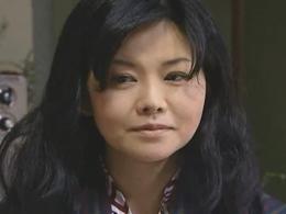 【ヘンリー塚本】家族旅行先の温泉宿で男と密会して不倫セックスする母親