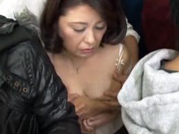 満員電車で痴◯にさわられ、中出しされてしまったむっちり五十路マダム!