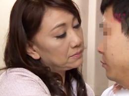 「どうする?おばさんとヤる?」五十路熟女が童貞男を優しくセックス指南! 近藤郁美
