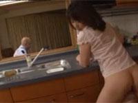 牧原れい子 五十路美人母が夫の見えるキッチンで息子とセックス!