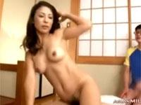 美熟女が息子の前で激しくセックス!勢い余り息子におすそ分けフェラ!xvideos