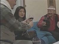 【ヘンリー塚本】いかつい男たちにナンパされ酒を飲まされ輪姦される熟女!浅井舞香
