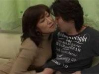 伊沢涼子 ムッチリ美熟女な彼女の母親に誘惑されセックスした!