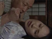 【ヘンリー塚本】夫の服役中にその連れ子に犯されてしまう熟女