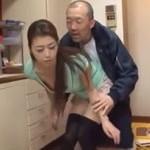北条麻妃 美熟女妻が出入りの酒屋を誘惑してキッチンセックス!