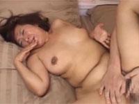 近親相○ 五十路豊満熟母が息子に強引に迫られセックスしてしまう!