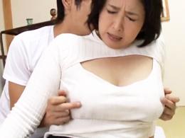 新しくやってきた義母の巨乳を揉みしだき締まりのいいマ◯コにハメまくる息子! 紺野京子