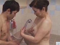 岩崎千鶴 五十路のぽちゃ寮母が寮生とお風呂で洗いっこセックス