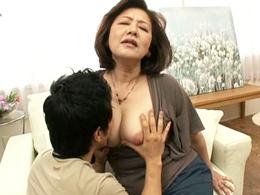 Fカップ巨乳のアラ還五十路妻が初撮りAVで男優のワザに乱れまくる!