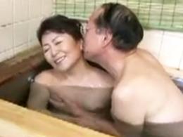 還暦を超えてお父さんに抱かれたけど、やっぱり息子の硬いチ◯ポがいいw 松岡貴美子