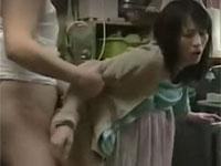 【ヘンリー塚本】帰宅後すぐ台所で洗い物する熟女に挿入