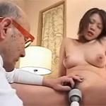 【無修正】老人と美熟女 友田真希をご老体が手マンクンニでイカせます!