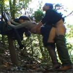 可愛い熟女人妻と森の中で野外セックス!立ちバックドギースタイル!