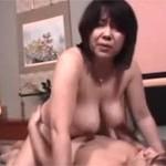 絹田美津 五十路の巨乳ぽっちゃり母と温泉で近○相○セックス!