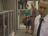 【ヘンリー塚本】熟女教師が玄関先に生徒がいるのに関係なく同僚とセックス