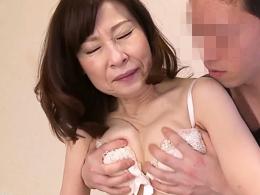 孫ほども年の離れた若者に奥まで突かれ絶頂アクメの六十路妻 秋田富由美