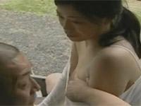 【ヘンリー塚本】昭和の婦人が旦那不在の家事中に軒先で浮気セックス