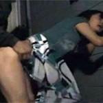 【ヘンリー塚本】夫の入浴中を見計らい手際よく軒下で不倫挿入セックス!