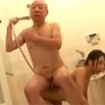 新井エリー 八十近い義父とお風呂で介護セックス!