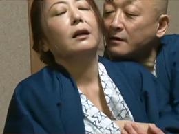 【ヘンリー塚本】慰安旅行先の旅館で輪姦願望のある社長夫人が… 紫彩乃