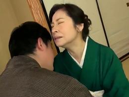 生花教室の先生をやってる還暦超えのお婆ちゃんが孫の肉棒に狂い逝き! 秋田富由美