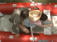 【ヘンリー塚本】熟年アベックがボート上で、川辺で、小屋で不倫セックス