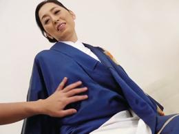 おもむろに着物を脱がされハメられ感じまくる還暦の初撮り美白熟女! 大内友花里